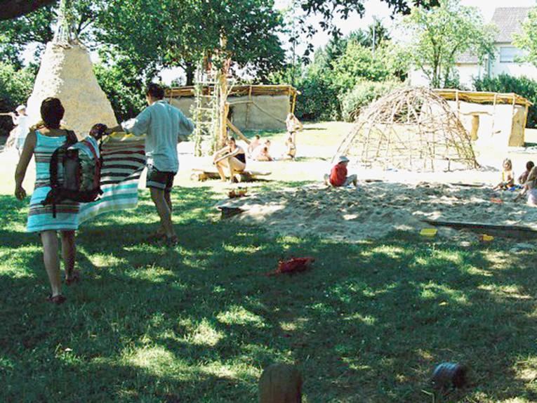 Indianerzelt, Klettergerüste, Grün- und Sandbereich, Kinder beim Spielen