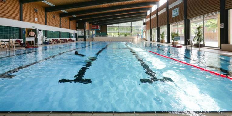 Das Schwimmerbecken des Stöckener Bads. Zwei Badende befinden sich am Beckenrand.