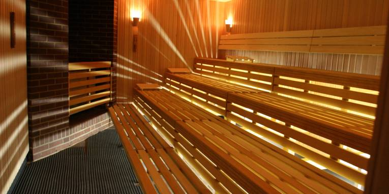 Holzbänke in einer Sauna