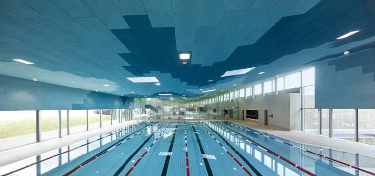Schwimmbecken mit Bahnmarkierungen