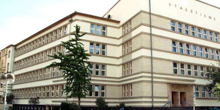 Blick von außen auf ein Schulgebäude