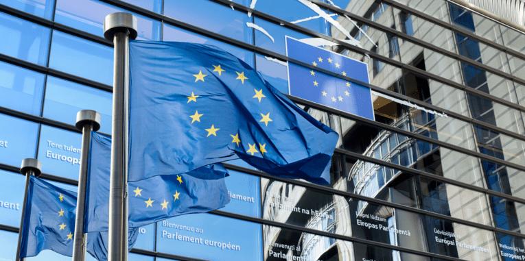 Drei EU Fahne vor dem Gebäude des Europäischen Parlaments