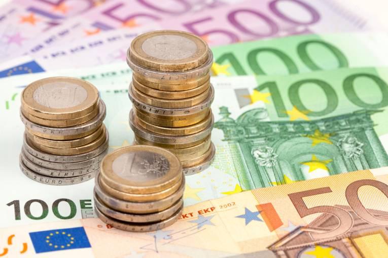 Mehrere Ein-Euromünzen auf drei 500 Euro, zwei 100 Euro und einem 50 Euro Schein