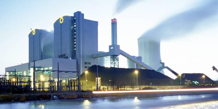 Eine Fabrik und davor ein Kanal