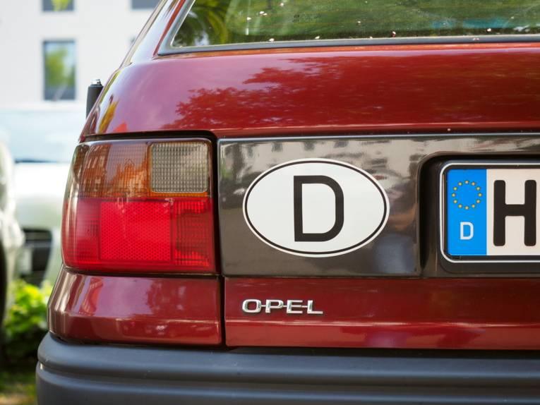 D-Aufkleber am Heck eines Autos.