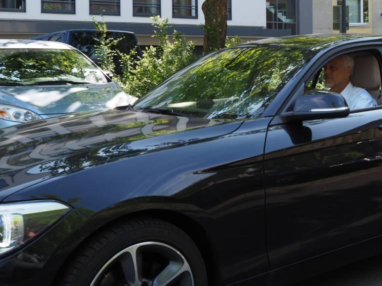 Ein Mann fährt in seinem Auto.