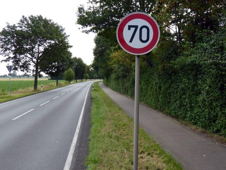 Eine 70-Schild an einer Landstraße.
