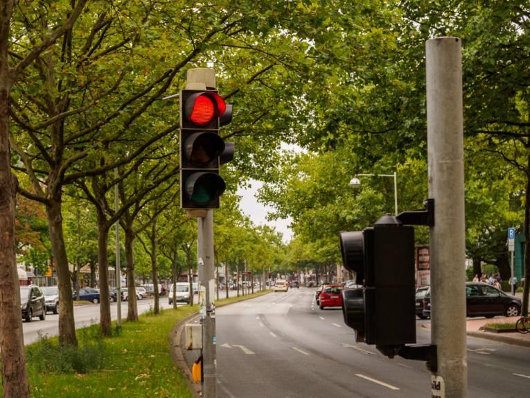 Eine Ampel die rot zeigt.