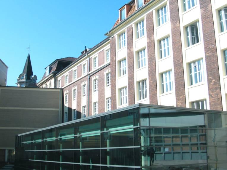 Anbau aus Glas, Stahl und Beton im Innenhof des Regionshauses.