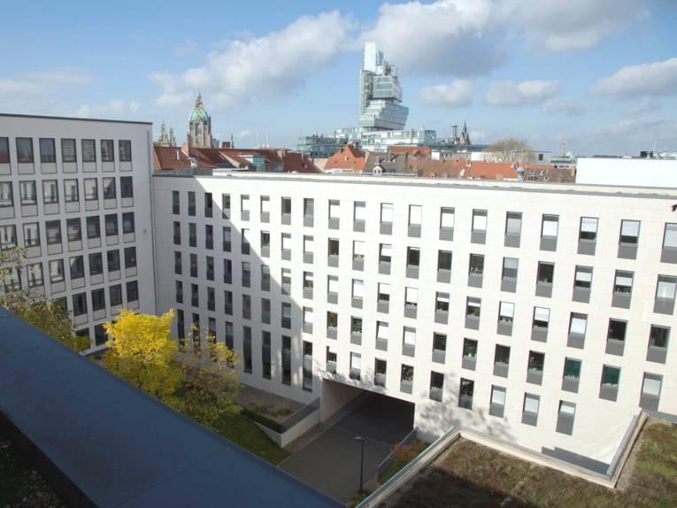 Blick über den Anbau am Regionshaus zum Neuen Rathaus und zum Gebäude der Norddeutschen Landesbank.