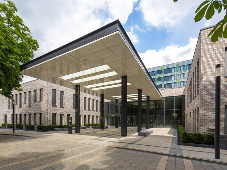 Der Haupteingang eines modernen Klinikums.