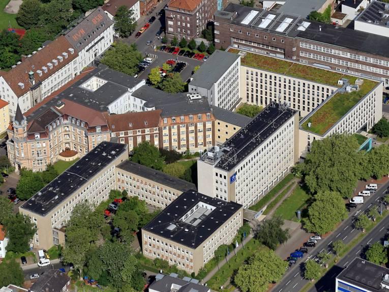 Blick auf das Haus der Region Hannover zwischen Hildesheimer Straße und Maschstraße und auf Gebäude in der Umgebung.