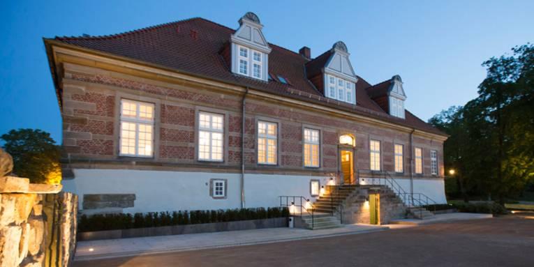 Nordflügel Schloss Landestrost am Abend mit dezenter Beleuchtung