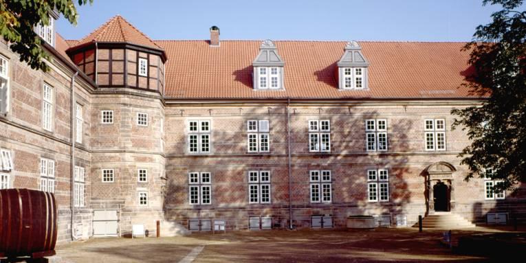 Blick vom Schlosshof auf das Schloss Landestrost.