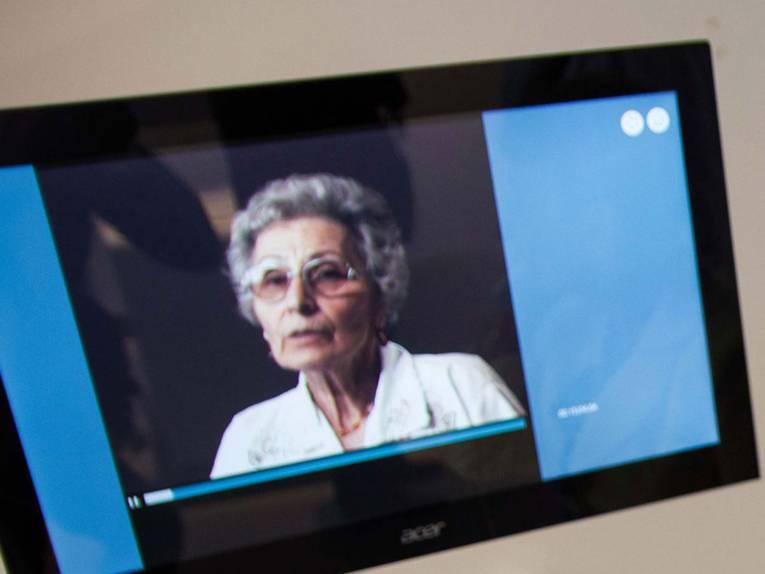 Auf einem kleinen Bildschirm im Ausstellungsraum der Gedenkstätte Ahlem ist ein Film mit einer Zeitzeugin zu sehen.