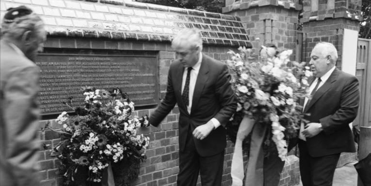 Die Gedenkstätte Ahlem wird der Öffentlichkeit übergeben, Personen im Bild: Herbert Goldsmith, Dr. Karsten Hoppenstedt und Benny Gurfinkel.