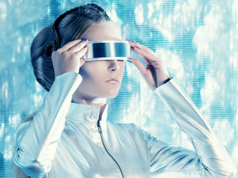 Eine futuristische junge Frau.