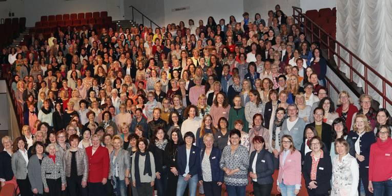 Gruppenfoto mit sehr vielen Frauen.