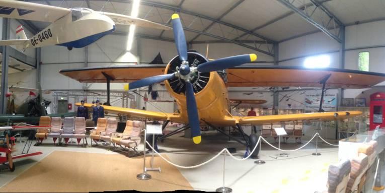 Das Bild zeigt in Panoramasicht eine Halle des Luftfahrtmuseums mit verschiedenen Flugzeugen und Flugzeugteilen.
