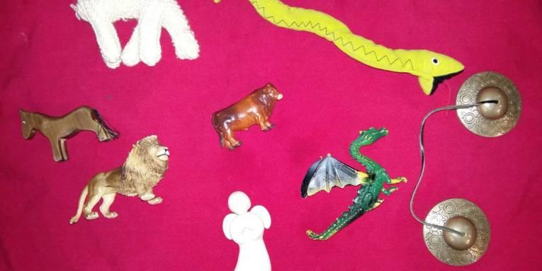 Symbole wie z. B. ein Drachen, ein Engel, eine Schlange, ein Pferd und ein Löwe, die von den Kindern in der Marktkirche gesucht und entdeckt werden können.