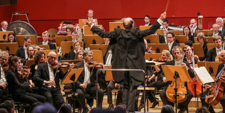 Ein Dirigent in Aktion vor der Orchester