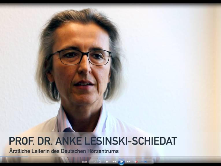 Standbild eines Videos mit einer Frau im Porträt