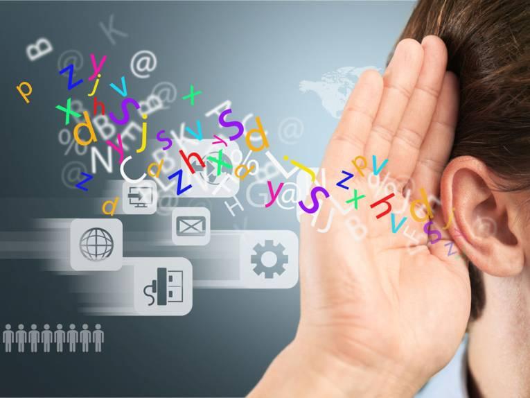 Eine Person hält ihre rechte Hand an ihr rechtes Ohr. Daneben sind viele Buchstaben und verschiede Symbole zu sehen.