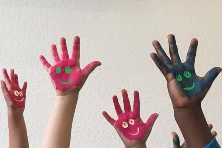 Fünf bemalte Kinderhände