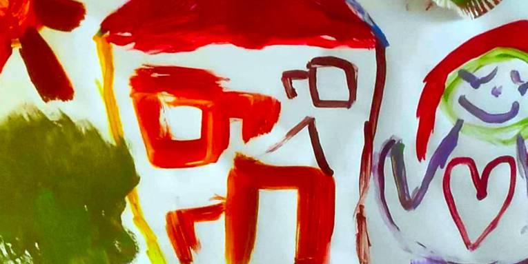 Mit Tusche gemaltes Bild eines Kindes: Szene mit Sonne, Haus und einer Frau.
