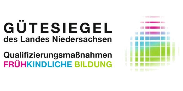 """Auf weißem Grund steht in schwarzer Schrift: """"Gütesiegel des Landes Niedersachsen. Qualifizierungsmaßnahmen"""". In unterschiedlichen Farben steht darunter """"FRÜHKINDLICHE BILDUNG"""". Rechts daneben ist ein graphisches Element mit denselben Farben."""