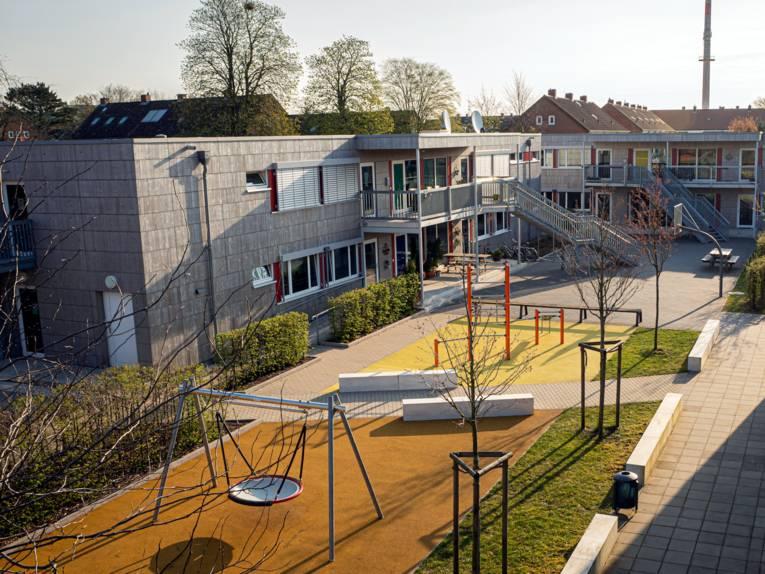 Blick auf das Gelände mit Freizeit- und Spielmöglichkeiten des Kinder- und Jugendheims Waldhof der Region Hannover am Standort Wunstorf.