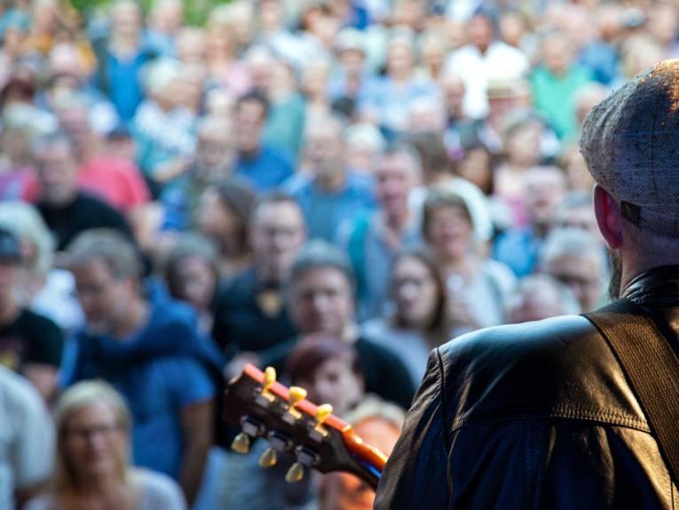 Konzert der Henrik Fleischlader Band beim Kultursommer 2019: Blick von der Bühne auf das Publikum