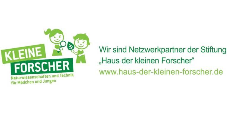 """Logo mit Zeichnung eines Mädchens und eines Jungen und dem Schriftzug """"Kleine Forscher""""."""