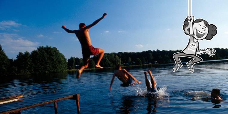 Jungen springen von einem Steg ins Wasser, ein gezeichnetes Mädchen baumelt an einem Seil über dem Wasser.