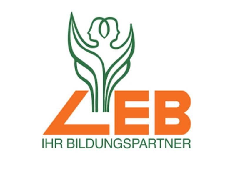 """Logo des Bildungsvereins Ländliche Erwachsenenbildung in Niedersachsen e.V. (LEB): Eine stilisierte, doppelköpfige Figur erhebt sich aus den Blättern einer Pflanze, darunter stehen die Buchstaben """"LEB"""" und darunter """"IHR BILDUNGSPARTNER""""."""
