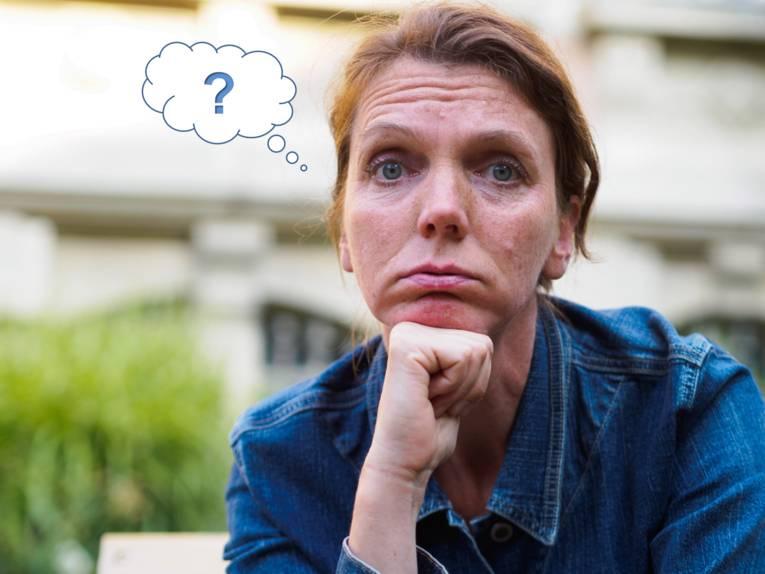 Eine Frau mit fragendem Gesichtsausdruck. Links neben dem Kopf ist eine Grafik die eine Gedankenblase mit Fragezeichen hat.