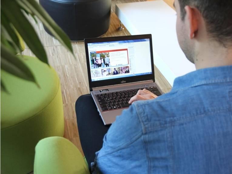 Ein Mann mit Laptop.