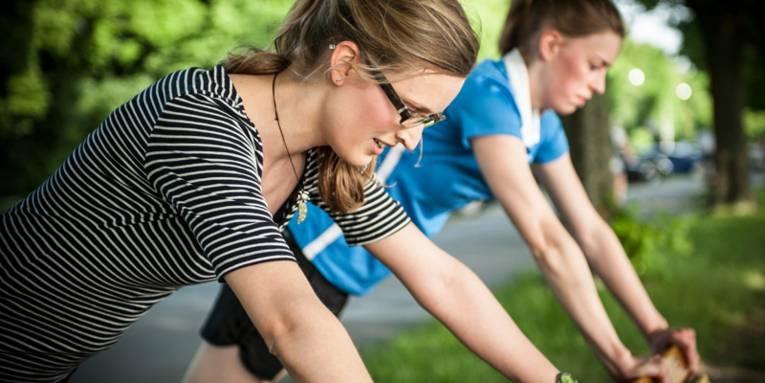 Zwei Frauen beim Fitness-Training im Freien