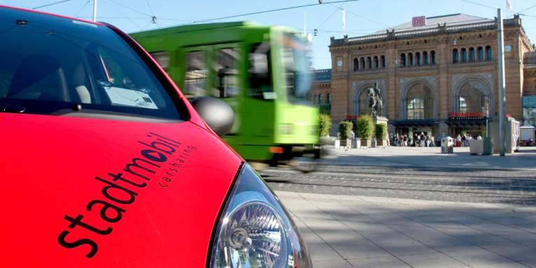 Ein rotes Auto vor dem Hauptbahnhof Hannover.