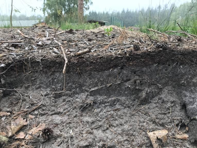 Unterschiedliche Bodenschichten nach einem Aushub