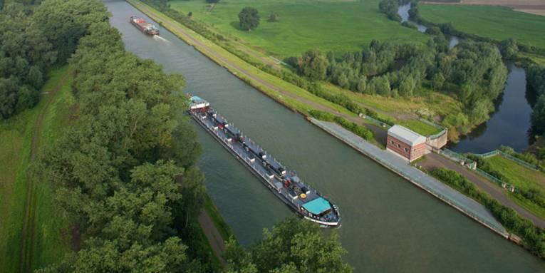 Zwei Frachtschiffe (Schuten) auf dem Mittellandkanal