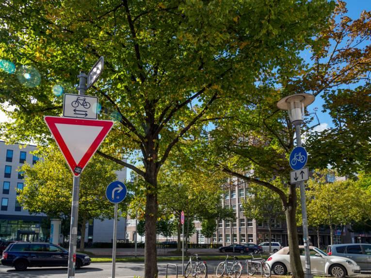 Hinweisschild für einen Radweg