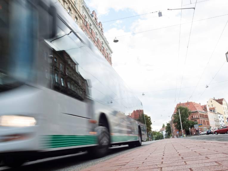 Ein vorbeifahrender Bus aus Bodennähe fotografiert.