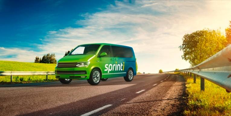 Ein grüner Kleinbus auf einer Landstraße