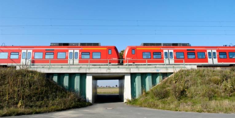 Rote S-Bahn fährt von über eine Brücke