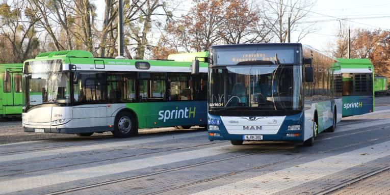 2 Busse, im Hintergrund eine Straßenbahn