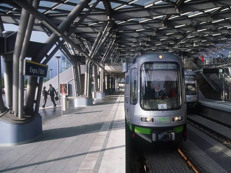 Stadtbahn an eine modernen Haltestelle.
