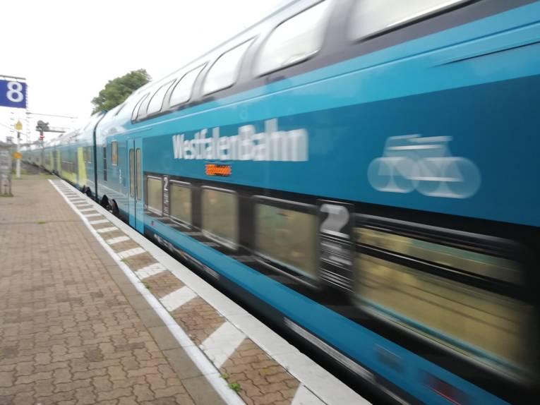 Ein Zug bei der Einfahrt in einen Bahnhof