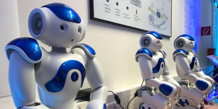 Drei Roboter nebeneinander.
