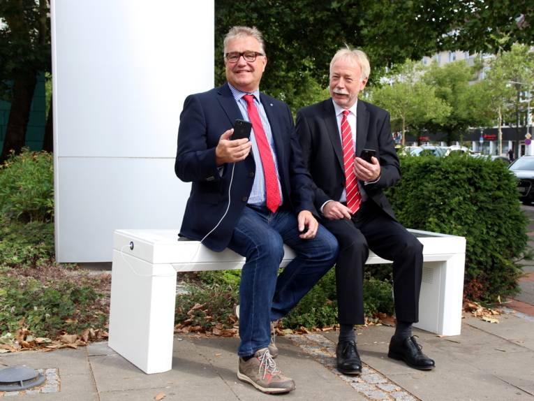 Zwei Herrem auf einer modernen Bank.